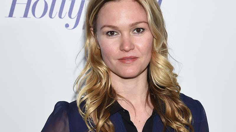 Julia Stiles : eight months Pregnant, the actress got married !