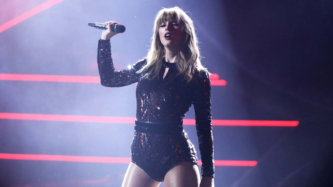 Taylor Swift's AMAs Performance Was So Hot We Basically Caught On Fire